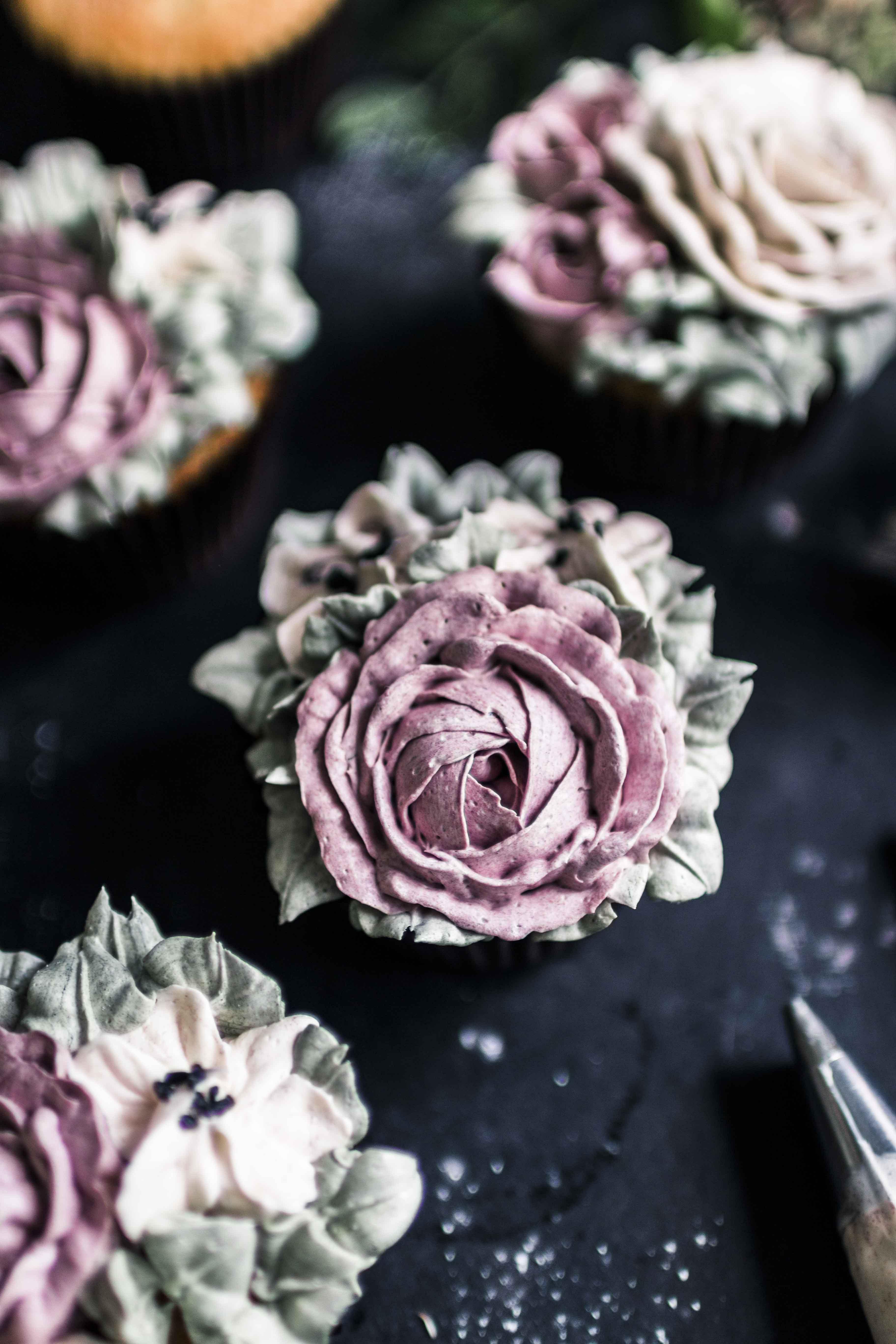Buttercream flower vanilla cupcakes recipe by Emma Ivane, Kukkapursotus kuppikakut resepti