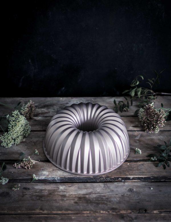 Cast aluminium bundt cake pan Emma Ivane Heirol collection kakkuvuoka valualumiini