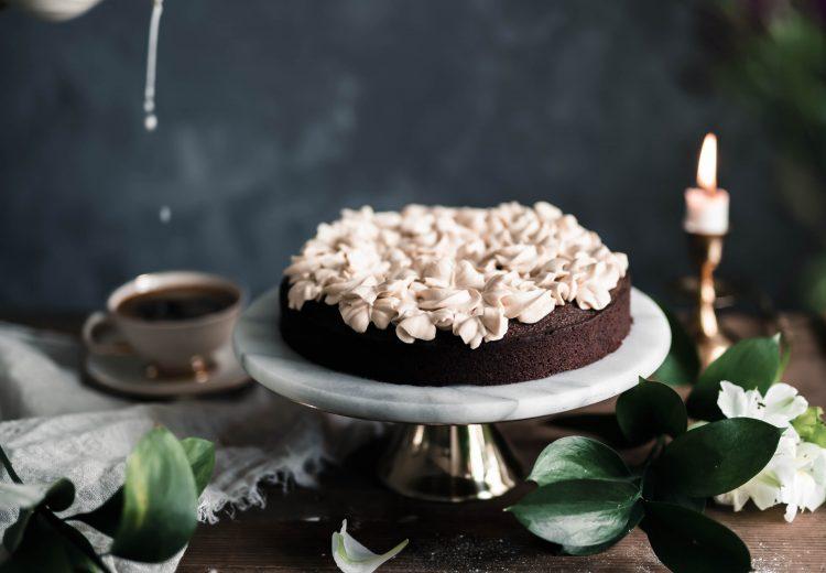 Yhden kulhon helppo suklaakakku kinuskikermalla kaupallinen yhteistyö Valio