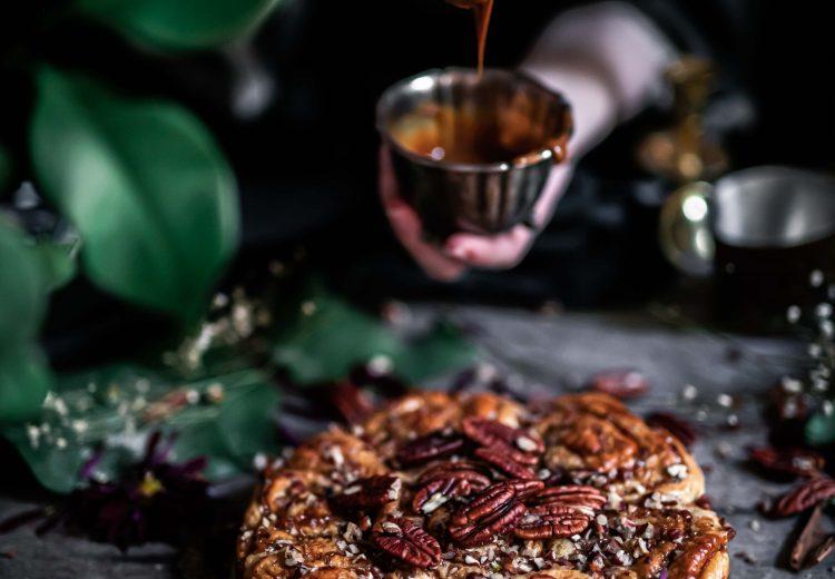 kinuski-pekaanipähkinä-pullakakku resepti